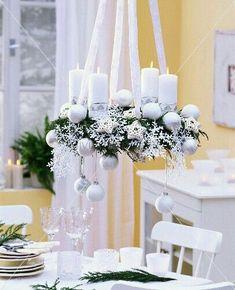 Een echte adventskrans zoals het hoort, hangend aan linten boven de tafel en elke week een extra kaarsje
