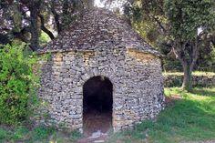 cabane en pierre sèche, et sa porte surmontée d'un arc en plein cintre