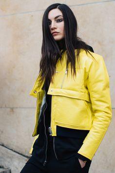 Street style à la Fashion Week automne-hiver 2017-2018 de Paris : smoky eye maquillage du soir