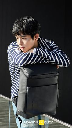 Super smexy and with a dazzling cheeky smile, Park Bo Gum was chosen to show some pieces of the 2017 line for Mandarina Duck backpacks & bags. His smile could sell us just about anything. Black Wallpaper Iphone, Animal Wallpaper, Nature Wallpaper, Mobile Wallpaper, Wallpaper Maker, Wallpaper Desktop, Korean Star, Korean Men, Korean Actors