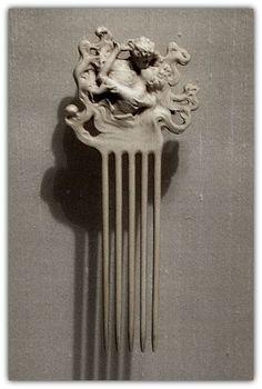 RENÉ LALIQUE   Lovers' Kiss Comb. Ivory c - 1902.