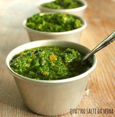 Il bagnet verd è una tipica salsa piemontese a base di prezzemolo e acciughe sotto sale, spesso servita con il bollito, sui tomini, come antipasto sul pane