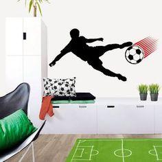 Enérgico vinilo decorativo con diseño de jugador de fútbol perfecto para la pared de la habitación infantil y juvenil. Un vinilo con la silueta de un jugador de fútbol. La pelota de fútbol va precedida por una estela que crea sensación de velocidad y de perspectiva. DISFRÚTALO EN NUESTRA WEB http://dolcevinilo.es/vinilo-futbol-jugador
