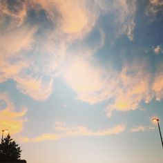 20160528 四谷からの帰り道 車窓から   yellowがかった空雲  明日は 鍼灸にいこーう #いまそら #イマソラ #夕暮れ  #今週もおつかれさまでした #blue#bluesky #yellow by __lukoluko__