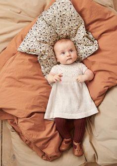 Oppskrifter - Baby - Strikke - Norsk - Sandnes Garn Knitting For Kids, Knitting Projects, Baby Knitting, Butterfly Dress, Butterfly Pattern, Baby Patterns, Flower Patterns, Cloth Flowers, Stroller Blanket