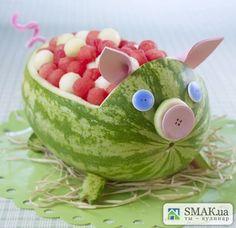 Еще один вариант подачи арбузных (а можно и дынных) шариков - вот такая забавная свинка. Она прекрасно будет смотреться на столе по случаю детского праздника. Но процесс ее изготовления несколько трудоемкий.