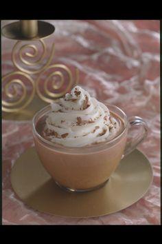 Sur feu très doux et dans une casserole, faites fondre le chocolat avec 2 cuillerées à soupe de lait. Sans cesser de mélanger, incorporez le reste du lait puis faites chauffer en remuant de temps en temps. Entre-temps dans un saladier bien froid, faites monter la crème en chantilly puis incorporez le sucre en poudre. Versez le chocolat chaud dans des tasses puis recouvrez-les d'un dôme de crème chantilly.