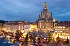 Romantischer Weihnachtsmarkt Anno 1900, Dresden Dresden ist nicht nur für seine Christstollen berühmt, sondern auch für seine Weihnachtsmärkte. Wer eine Alternative zum Striezelmarkt, Deutschlands ältestem Weihnachtsmarkt überhaupt, sucht, dem sei der Romantische Weihnachtsmarkt Anno 1900 auf dem Neumarkt vor der Frauenkirche empfohlen. Hier kann man mittelalterliche Handwerkstraditionen bestaunen und traditionelle Waren kaufen.