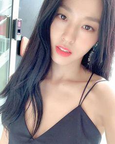 AOA& Seolhyun shows off goddess visuals in latest selfie Korean Beauty, Asian Beauty, Queens, Kim Seol Hyun, Sleeveless Outfit, Seolhyun, Effortless Chic, Girl Bands, Girl Crushes