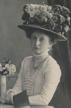 CDV: PRETTY LADY with GREAT HAT, named, 'Gertraud Winter'; Germany, c. 1905