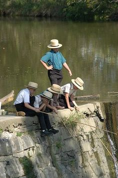Amish boys fishing in Pennsylvania Dutch country. Pennsylvania Dutch Country, Amish Country, Country Life, Country Kitchen, Amische Quilts, Amish Proverbs, Amish Family, Amish Culture, Amish Community