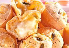 Podemos dizer que pão de queijo é um patrimônio da nossa culinária. Dessa vez vamos inovar, e recheá-lo com azeitonas e queijo minas que vai sair do forno