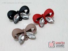 https://montemanik.com/product/3-pcs-peniti-hias-dagu-pita-pnt-026/ 3 Pcs Peniti Hias Dagu Pita (PNT-026) Ukuran 2 cm Material logam Warna hitam, coklat milo dan merah 1 set isi 3 pieces  bahan craft, bahan kerajinan tangan, manik-manik, montemanik, peniti, peniti bros, peniti dagu, peniti hias -  - #BahanCraft, #BahanKerajinanTangan, #ManikManik, #Montemanik, #Peniti, #PenitiBros, #PenitiDagu, #PenitiHias -
