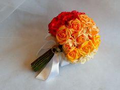 BUQUÊ PARA NOIVA   Buquês confeccionados com flores permanentes em EVA,são rosas confeccionadas com finíssimo material que possui uma textura muito delicada ,semelhante á flor natural. Este em tons degradê,vermelho,laranja,laranja caro,amarelo e creme.  O cabo ou suporte do buque pode ser todo em fita de cetim na cor de preferência , todo em pérolas ou com hastes verdes,como no modelo.  Faço o buque colorido para damas adultas ,madrinhas e daminha .  O broche varia de acordo com a ...