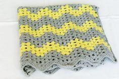 Chevron Granny Square Babydecke grau und gelb häkeln von LalaKa