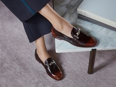 Design and contemporary flair: moccasins with slender lines, made of richly hued shaded leathers, embellished with Tod's Double T macro clamp on the vamp.