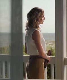 Revenge emily / White sleeveless blouse with khaki pants / Season 1 Emily Revenge, Amanda Clarke, Revenge Fashion, Emily Thorne, Sharon Carter, Emily Vancamp, White Sleeveless Blouse, Daniel Gillies, Jamie Fraser