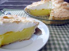 Cómo hacer Tarta de limón y merengue. Para hacer la masa del pastél de limón: Encendemos el horno a temperatura media y mientras tanto tomamos un poquito de mantequilla y untamos