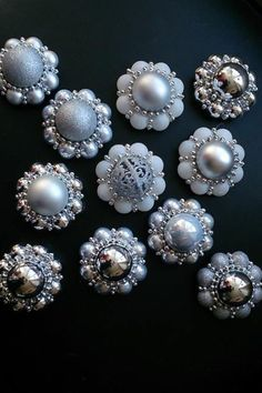 Kerstballetjes gelijmd aan een grote en dan met de ketting versierd als een Zeeuws knoopje Christmas Crafts, Xmas, Christmas Stuff, Cultural Crafts, Christmas Centerpieces, Ornament Wreath, December, Pearl Earrings, Wreaths