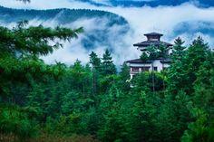 Este reino enclavado en las gigantescas montañas del Himalaya permanece inalterable a través de los siglos, con sus creencias budistas y sus pueblos aislados entre las montañas y selvas.