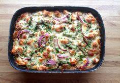 Hei! I går lagde eg en laks- og gønnsaksgrateng til middag ut fra fantasien og det vi hadde tilgjengelig i kjøleskapet. Eg la ut bilder på instagram @lindastuhaug, og det var fleire som etterlyste oppskrifta, så her er den!Litt tidskrevande, men superenkel og virkelig god på smak. Håper det frister – Laks- grønnsaksgrateng Eg har … Vegetable Pizza, Vegan Vegetarian, Quiche, Salmon, Seafood, Healthy Recipes, Healthy Food, Fish, Food And Drink
