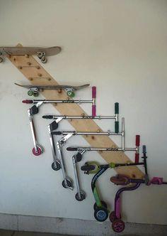 10 idées futées et stylées pour ranger tes équipements de sports [gros garage NON requis] - Exposer les planches à roulettes au mur.