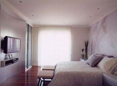 Em tons de cinza e grafite, o quarto do casal foi personalizado com a foto impressa pela Tergoprint. Ao lado da cama, duas mesas da House Garden; no pé, banquetas da Artefacto. Aqui, a cortina esvoaçante embutida no forro traz aconchego e proteção