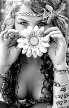 hippie chic is the style i wish i had. would love to create it in a photo Look Hippie Chic, Hippy Chic, Hippie Love, Hippie Style, Bohemian Style, Boho Chic, Hippie Girls, Boho Gypsy, Gypsy Soul