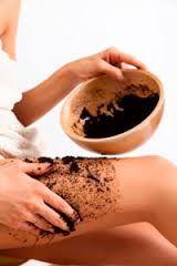 Los exfoliantes con café adquieren los múltiples beneficios de la cafeína, que ayuda a despertar y rejuvenecer la piel. Para hacerlo mezcla una cuarta taza de aceite de oliva, una cucharada de esencia de vainilla, una taza de azúcar, media taza de granos de café usados y quince gotas de aceite esencial de menta.