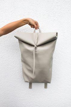 Handgefertigt! Mit kleiner Innentasche und reichlich Platz. Der Rucksack ist…
