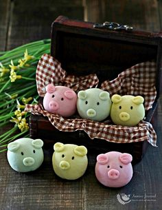 These cute little piggies are relatively easy to make at home without much effort and can be easily packed off in pretty boxes for your loved ones.