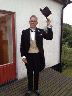 Ja jag vet att det ska vara slips och inte fluga till jackett. Här ser jag ut som en butler. Men flugan följde med Borgmästaren i Kristianstad, E. Dörrings jackett som han låtit sy hos Gust. Holmbergs i Lund 1943.