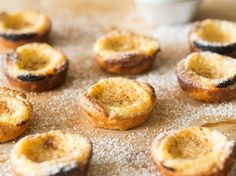 Pastéis de Nata – Portugiesische Puddingtörtchen For Pastéis de Nata, one thing is not enough! Sweet cream pudding in crispy puff pastry conjures up a smile on your face with a bite. Pudding Desserts, Dessert Recipes, Pudding Cake, Portuguese Custard Tarts, Food & Wine Magazine, Portuguese Recipes, Pastry Cake, Muffins, Cookies Et Biscuits