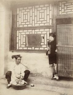 """Femme mandchoue et sa servante, """"Washing"""" (La lessive), ca. 1880-1890. Tirage albuminé anonyme, titré à l'encre sur l'image. 25,5 x 19,6 cm (10 1/8 x 7 3/4 in.)"""