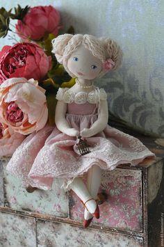 Купить или заказать Кокетка в интернет-магазине на Ярмарке Мастеров. Новинка! Маленькая куколка в образе девочки со старинной открытки. Маленькое розовое облачко из кружева и батиста, очень уютная в руках. Ножки гнуться в коленях, платье не снимается.