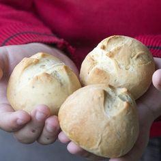 """Hoy día 14 de octubre es el día mundial del pan organizado por la campaña """"Pan cada día"""" y para celebrarlo por todo lo alto he preparado unos panecillos al romero cuya masa he amasado en el Thermomix."""