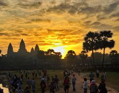 Gente do mundo inteiro lotando o pico como se fosse um Lollapalooza pra ver o nascer do sol e depois pedras sobre pedras.  Quantos espetaculares não há no Brasil também?  #AngkorWat #angkorwatsunrise #SiemReap #Cambodia