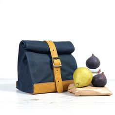 Navyblue waxed cotton lunch bag.