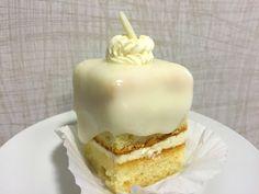 Nu mai stiu nici eu pe ce grup sau site am vazut intr-o zi o poza cu o amandina alba, dar in momentul in care am vazut imaginea ei, mi-am propus sa o fac si eu intr-o buna zi, cu toate ca nu ma omor deloc dupa prajituri cu creme albe. Dar mi s-a parut [...] Romanian Food, Romanian Recipes, Dessert Bars, Vanilla Cake, Pudding, Sweets, Candy, Desserts, Amen