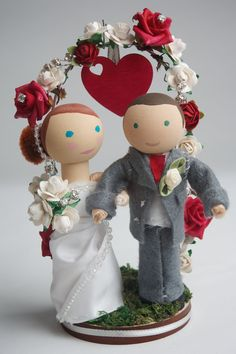 RosefinchDesigns...This listing is for a beautifully hand-crafted, custom bride and groom wooden peg doll wedding cake topper.   Materials: wood, felt, silk, lace, ribbon, paper flowers, moss, wire, ric rac, pearls, beads, tulle
