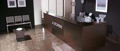 Recepción de oficina en madera con logo de la marca