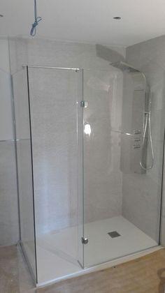 Os enseñamos una cambio de bañera por ducha. El espacio ha quedado ideal, con una zona de ducha y otra para secarse.