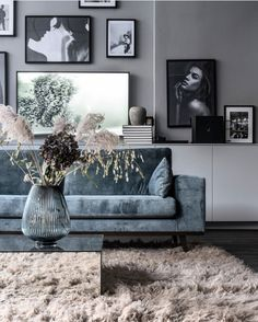 Si vous êtes un amoureux du design, vous devez voir cette ambiance fantastique. Pour en voir plus, cliquez sur l'image. #DECOADDICT#interiordetails#homedetails#homedecorideas#eclecticdecor#currentdesignsituation#midcenturymodern#interior_and_living#housegoals#interiordesign#architecture#home#design#art Glam Living Room, Living Spaces, Living Room Decor, Scandinavian Style, Photo Composition, Straight Lines, Black Interior Design, Flower Arrangement, Black Cream