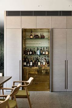 Agatha O I The Design Files - A Triumphant, Textural Home in Armadale - Photo, Derek Swalwell. Drinks Cabinet, Liquor Cabinet, Built In Bar Cabinet, Built In Cupboards, Architecture Restaurant, Architecture Photo, Home Bar Designs, Style Deco, Bar Furniture
