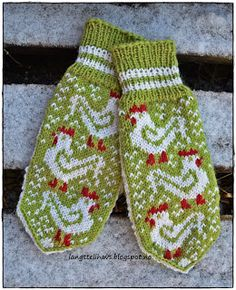 Ravelry: Den veien høna sparker/Hen mitten by Jorunn Jakobsen Pedersen Knitted Mittens Pattern, Knit Mittens, Knitting Socks, Free Knitting, Knitting Stitches, Knitting Patterns, Wrist Warmers, Knitting Accessories, Double Knitting