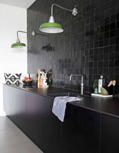 zwarte keuken met zwarte tegeltjes en groene vintage lampen black kitchen with Black kitchen with black tiles and green vintage lamps Black kitchen with … – Kitchen Interior, New Kitchen, Kitchen Decor, Kitchen Lamps, Green Kitchen, Black Kitchens, Cool Kitchens, Kitchen Black Tiles, Cocinas Kitchen