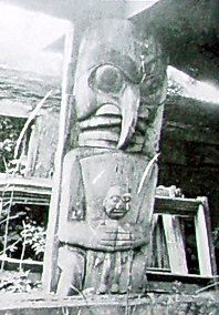 Heiltsuk housepost, collected at Bella Bella in 1911 (above). Grizzly Bear Habitat, Tlingit, Totem Poles, Mystery Of History, Historical Images, Indigenous Art, First Nations, Native Americans, Pacific Northwest