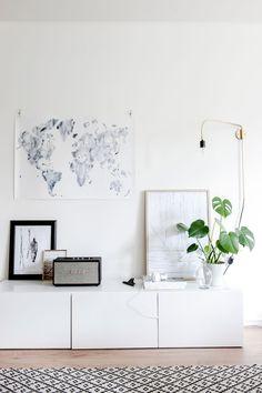 Home tour scandinave très apaisant. Décoration salon, tapis à motifs géométriques, plantes verte, illustrions blanche et bleue.