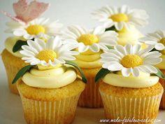 Cupcake, yellow daisies