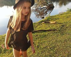 Modelo mirin brasileira Gabi Beckett foto Tumblr parque chapéu foto ao ar livre camiseta de tule criança kids model brasilian model